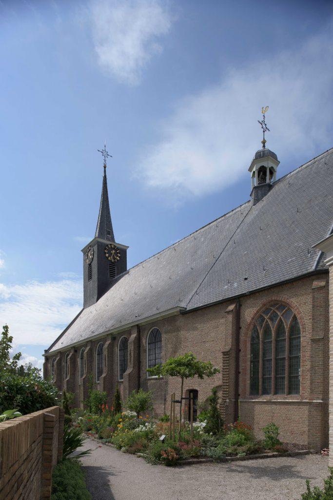 Zijaanzicht van kerk.