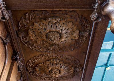 Detail van houtsnijwerk kerkbank.