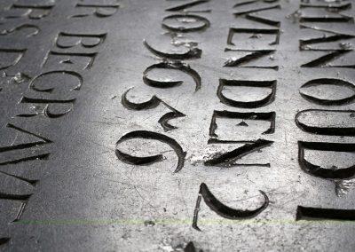 Detail van grafsteen in vloer.