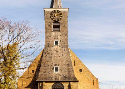 Vooraanzicht van kerk.