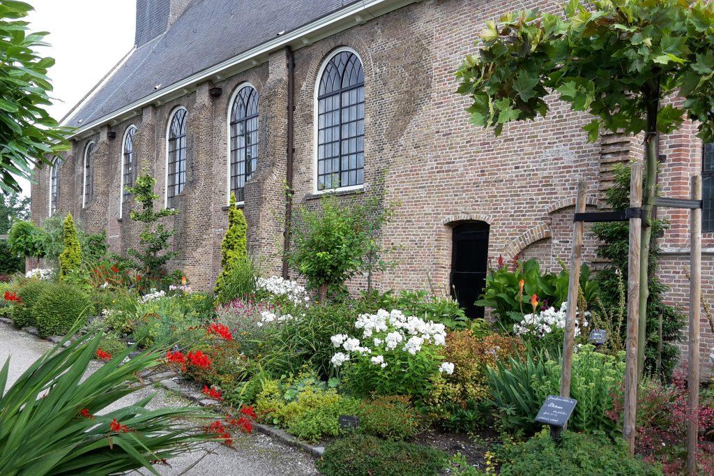 Zijaanzicht kerk met deel van kerktuin.