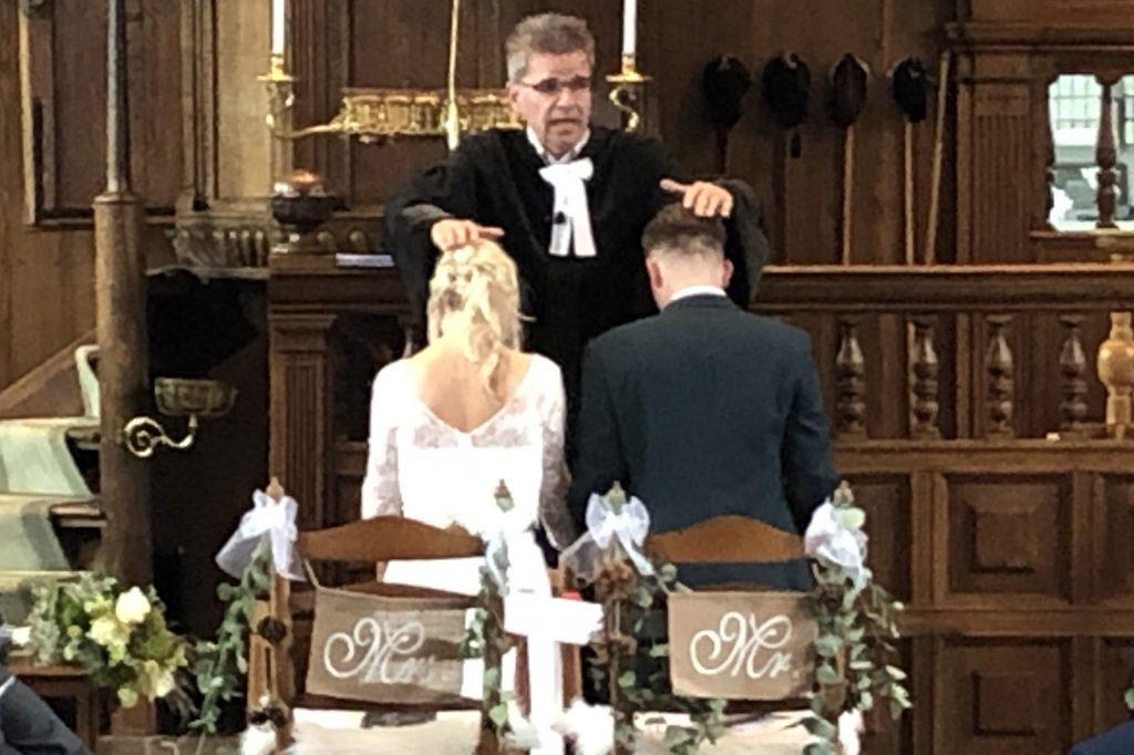 Zegen uitgesproken over bruidspaar.